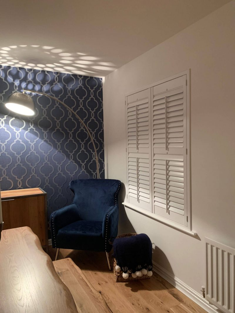 Corner-chair-with-lamp